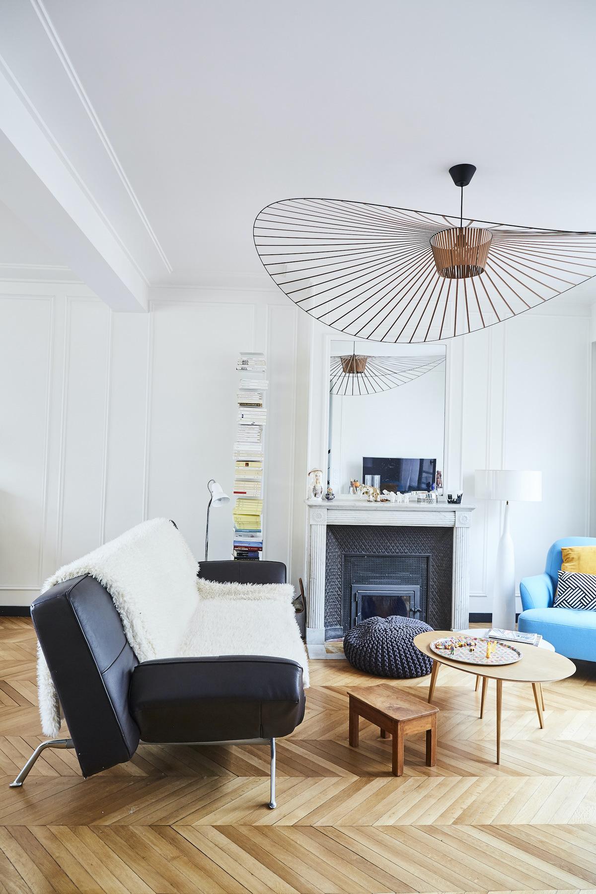 salon style déco années 30 canapé cuir noir pied métal suspension vertigo cuivre