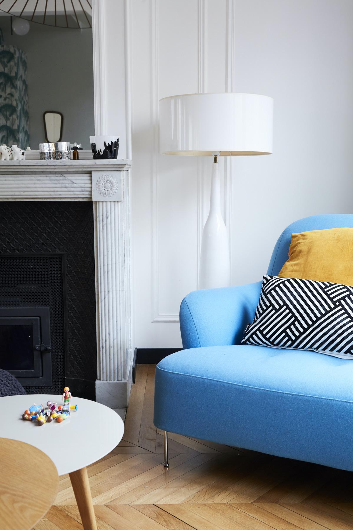 salon traditionnel parisien décoration intérieur cheminée marbre miroir doré fauteuil bleu clair