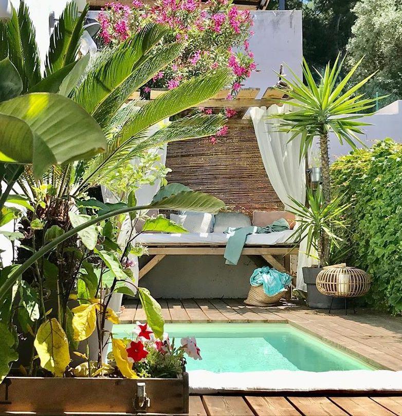 terrasse en bois piscine banquette plantes vertes blog déco clematc