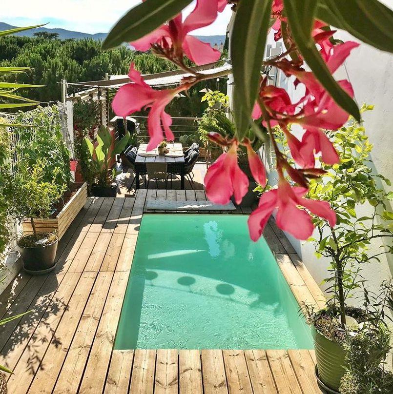 terrasse extérieure bois déco tropicale plante verte piscine blog clematc