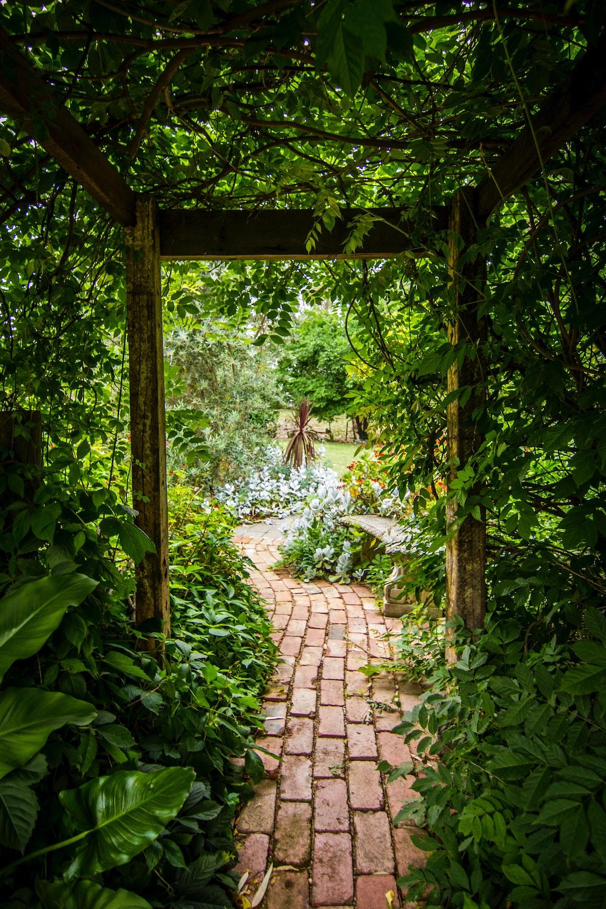 Aménager un jardin anglaise fleur chemin brique rouge - blog décoration - clem around the corner
