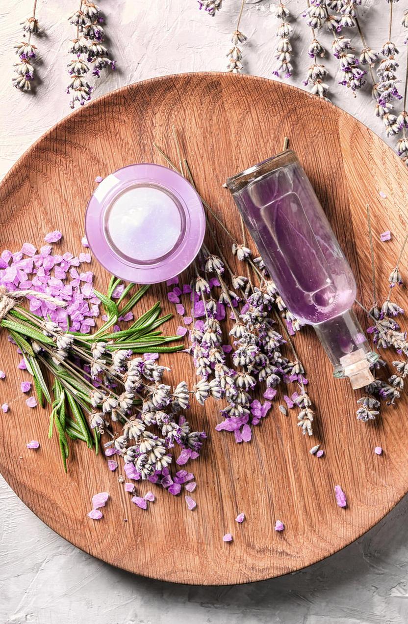 DIY recette fleurs lavande flacon eau florale assiette ronde bois blog déco clematc