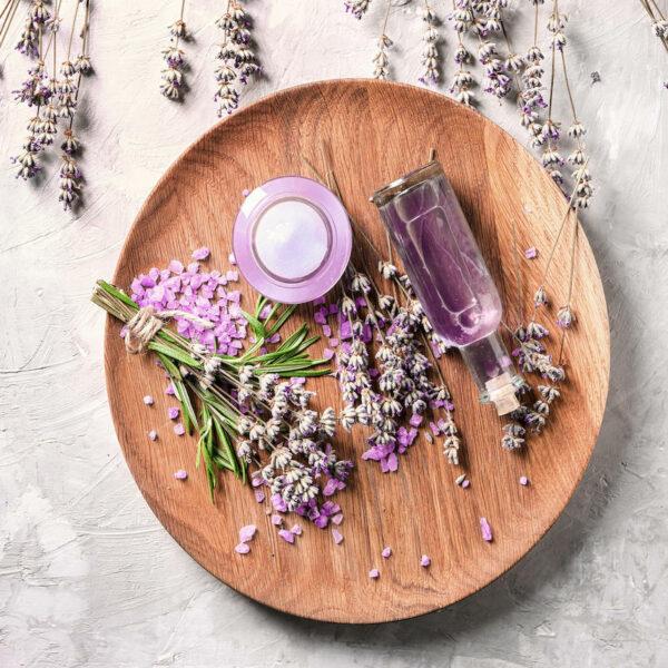 DIY recette fleurs lavande flacon eau florale assiette ronde bois clematc