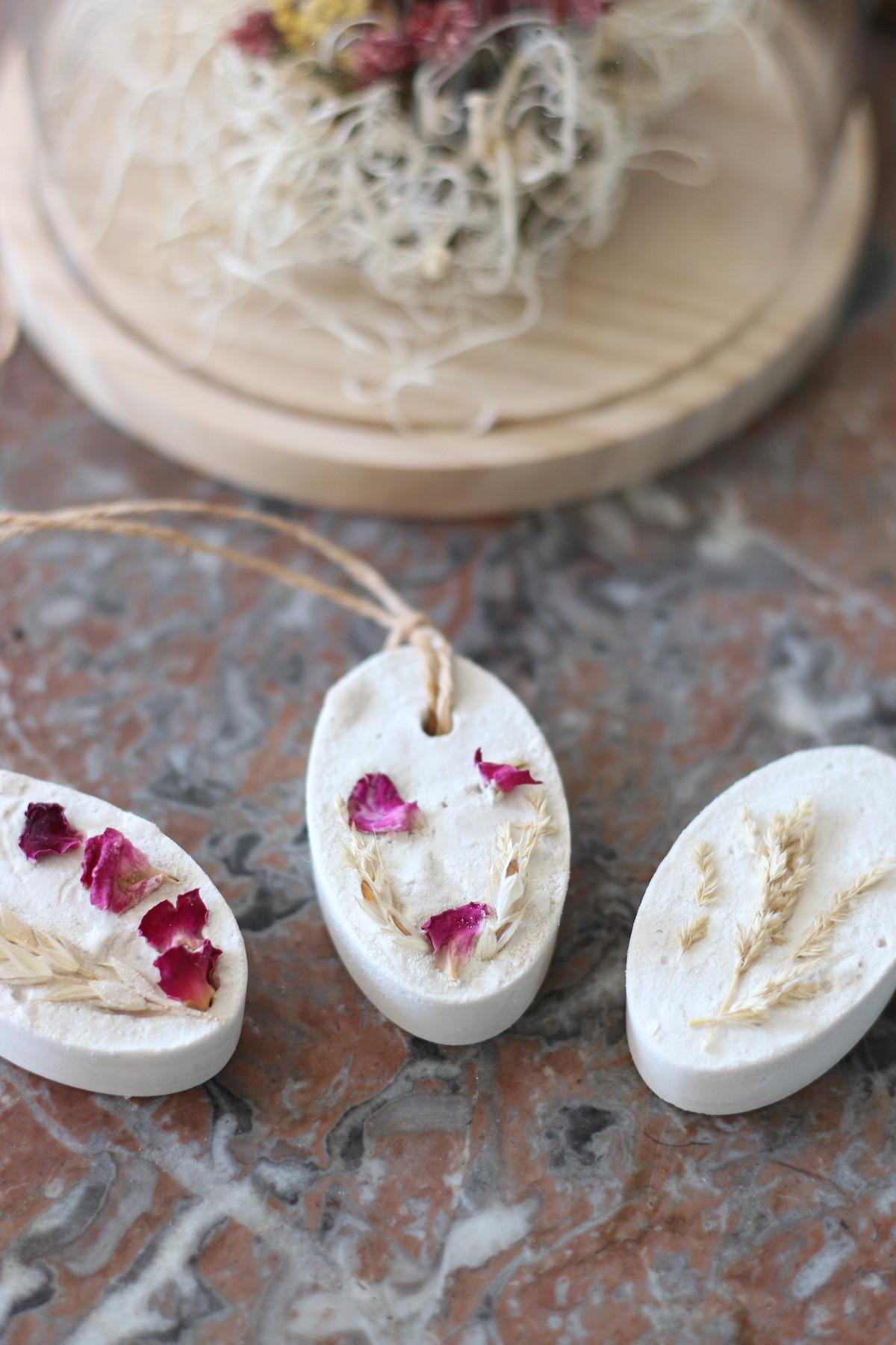 comment fabriquer soi-même décoration plâtre parfumé à suspendre