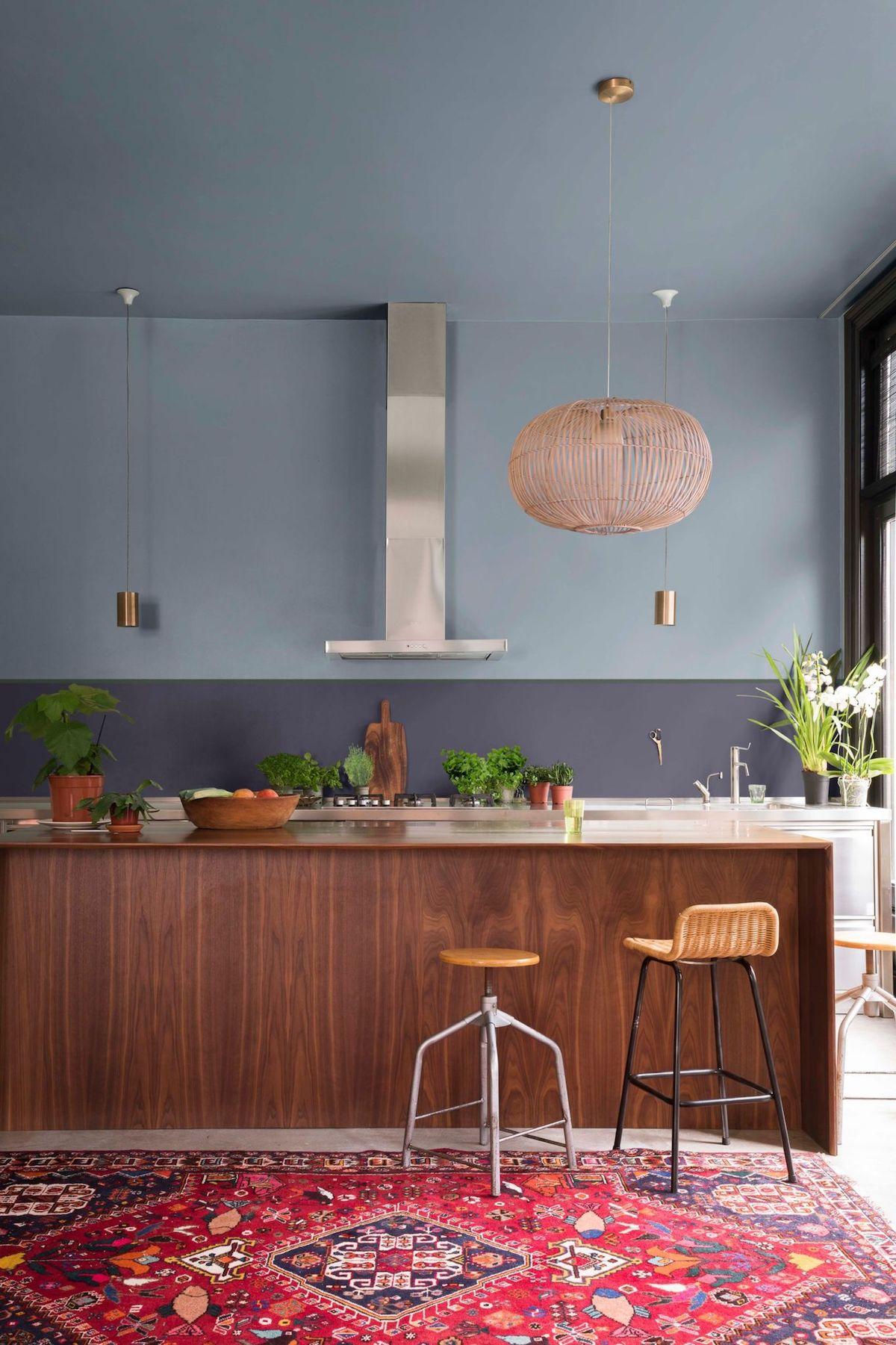 cuisine bar bois acajou foncé peinture bleu myrtille dulux hotte inox suspendue