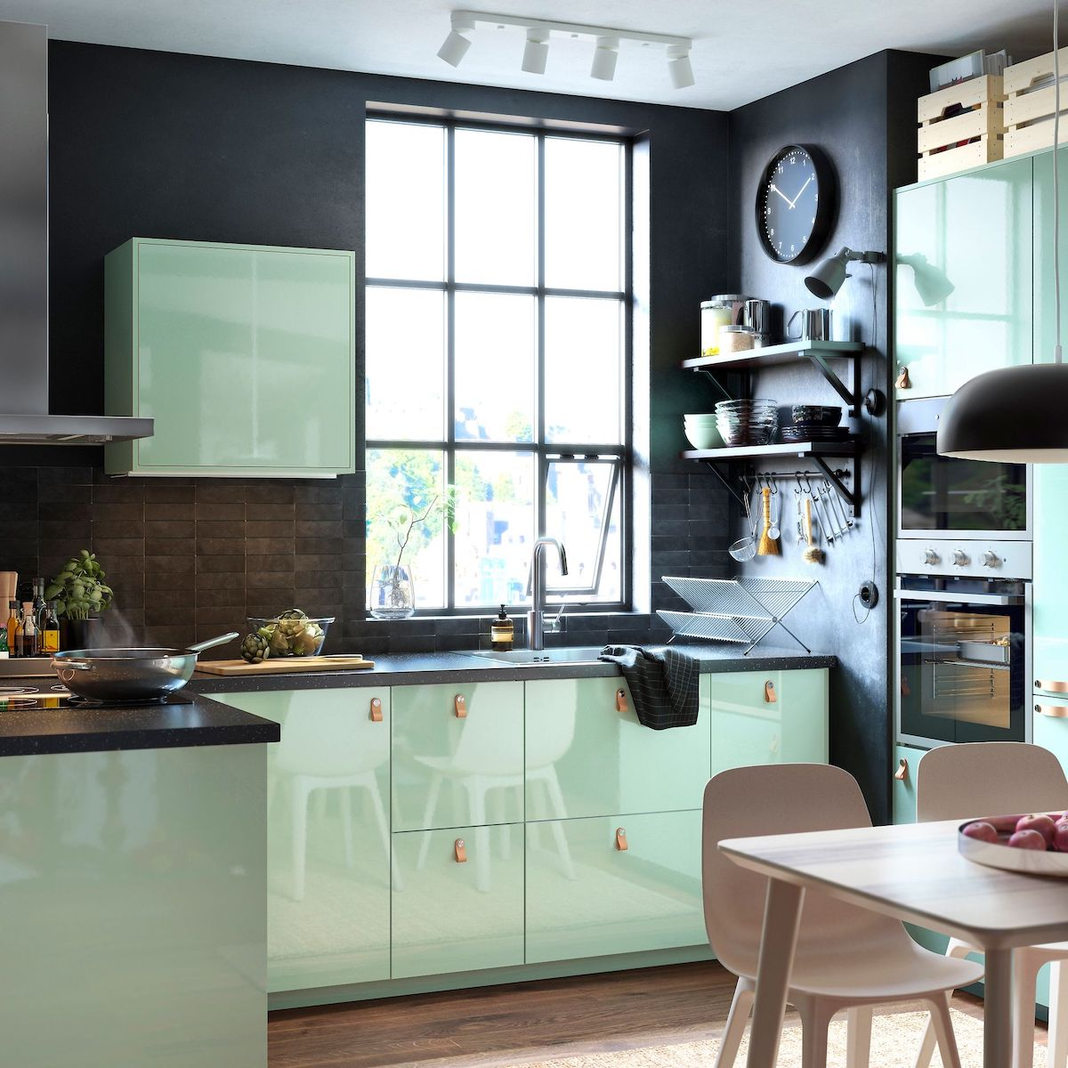 cuisine contemporaine mur noir mobilier vert d'eau sol parquet bois blog déco clematc