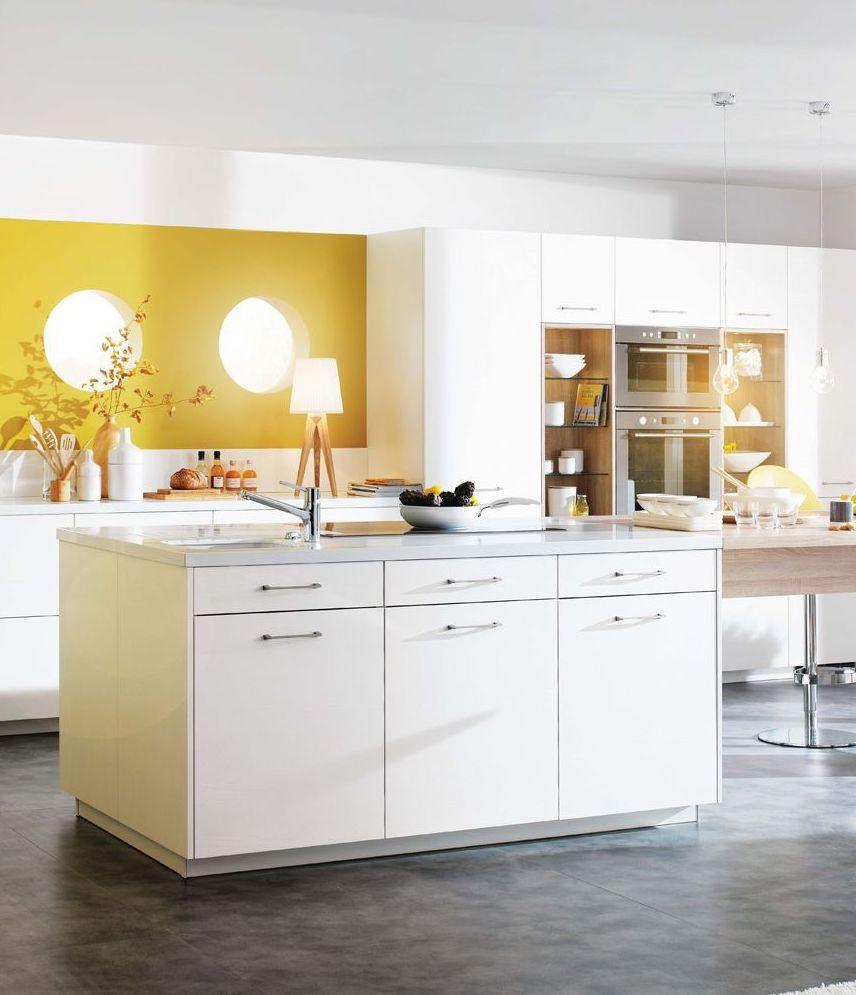 cuisine pastel mur blanc jaune ilot central déco moderne lumineuse fonctionnelle