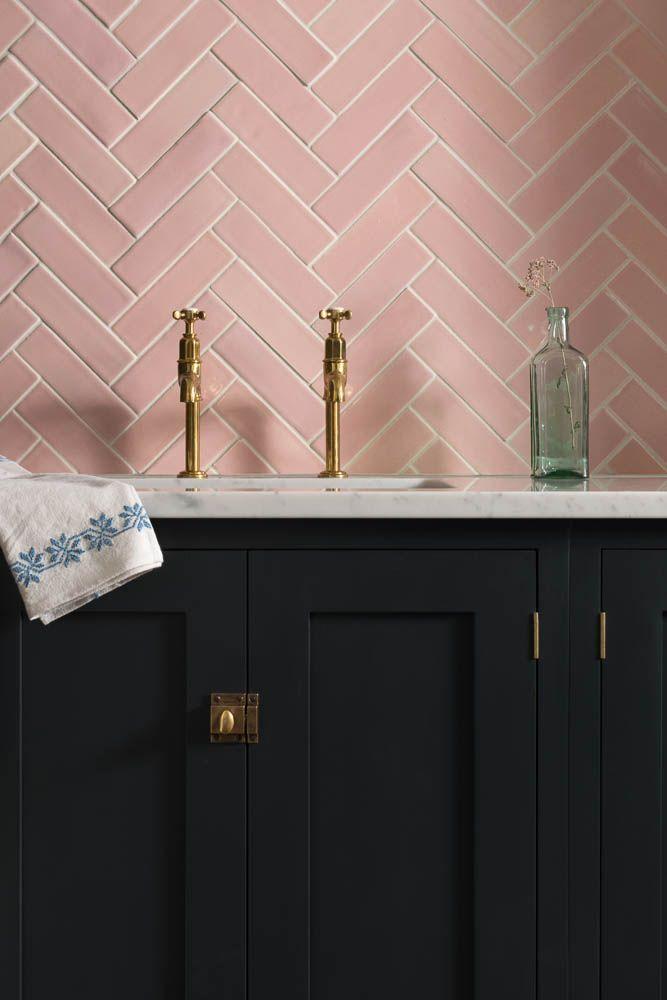 cuisine rose pastel blush poudré placard noir robinet laiton déco tendance