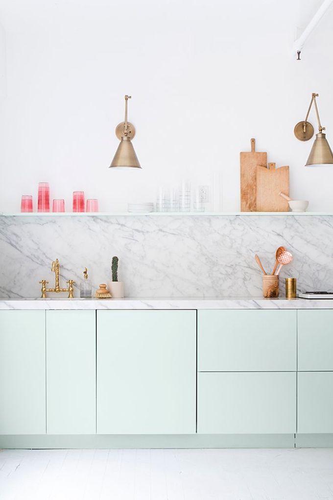 déco fraiche vert pastel mur tendance marbre blanc