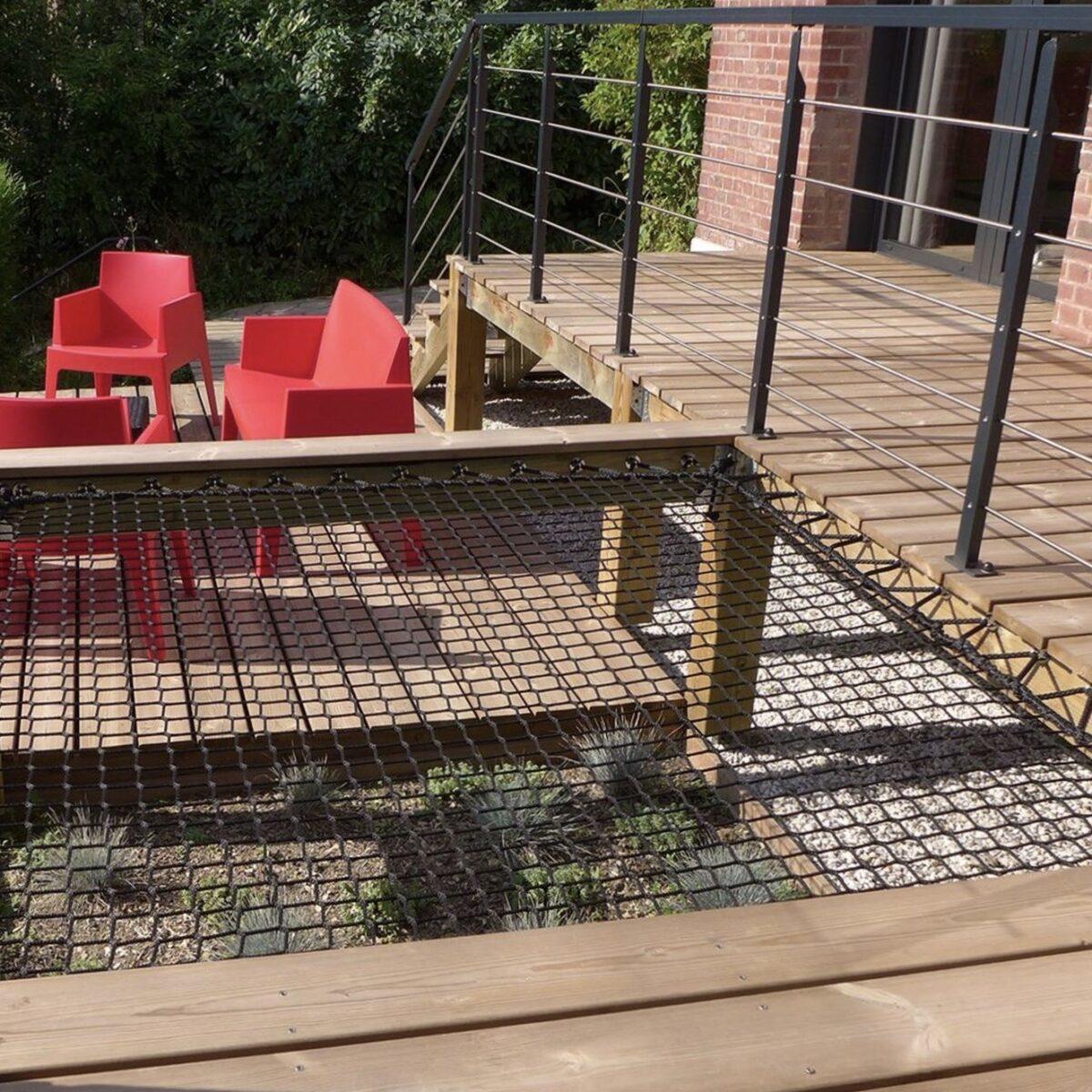 filet d habitation extérieur noir terrasse bois salon de jardin