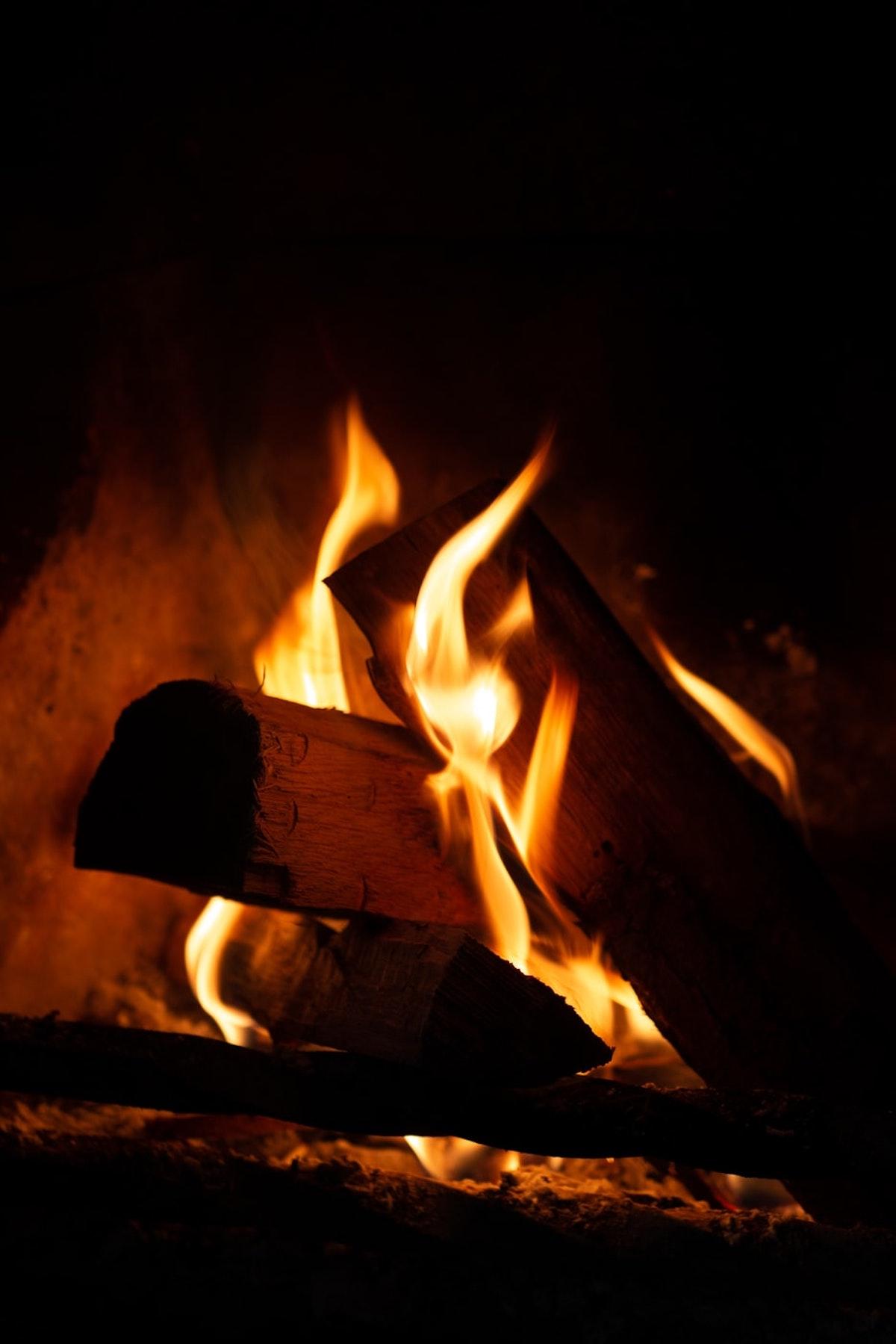 bois flamme feu chauffage hiver - blog déco - clematc