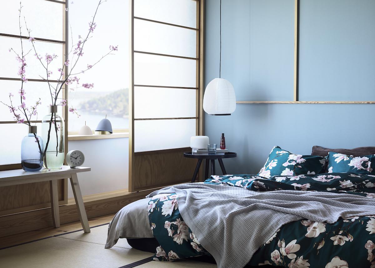 chambre déco japonaise fleurs de cerisier suspension opaque tatamis lit double