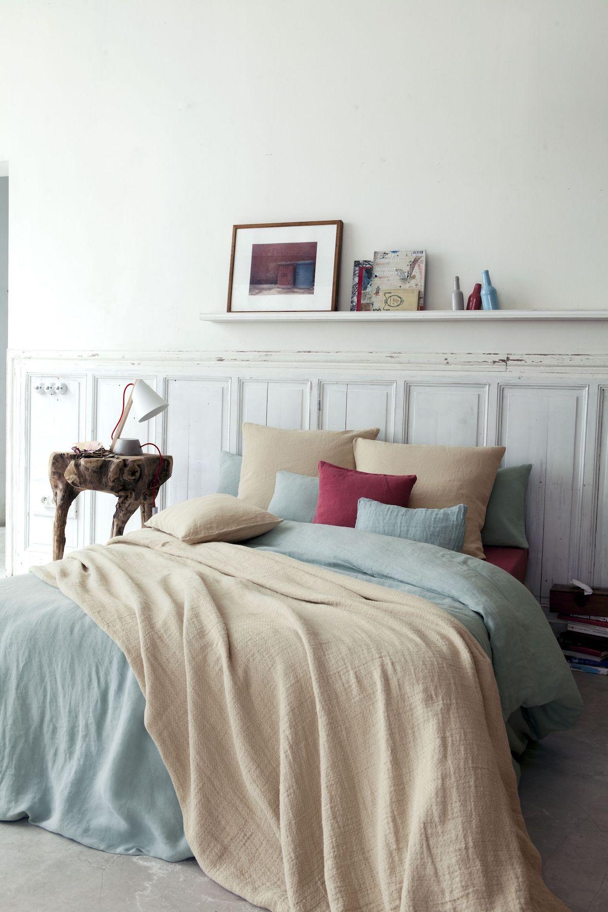 chambre lit double linge de lit chanvre beige bleu pastel rouge moulures mur blanc déco rustique élégante