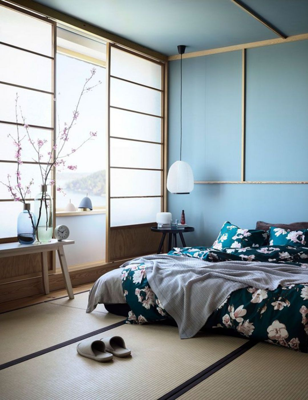 chambre lumineuse déco japonaise linge de lit fleuris banc bois cloison opaque