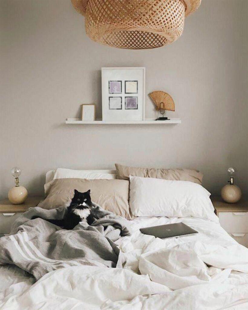 lit double blanc beige mur taupe suspension fibres naturelles osier
