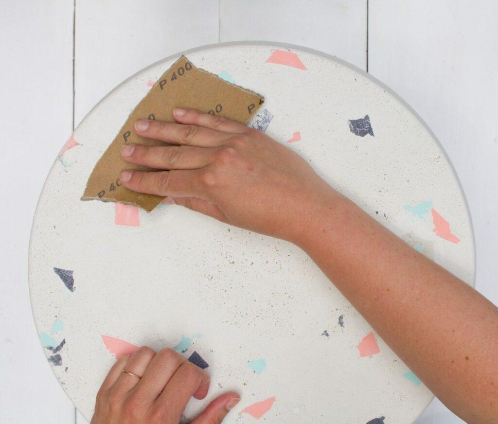 papier abrasif polir meuble table béton terrazzo DIY