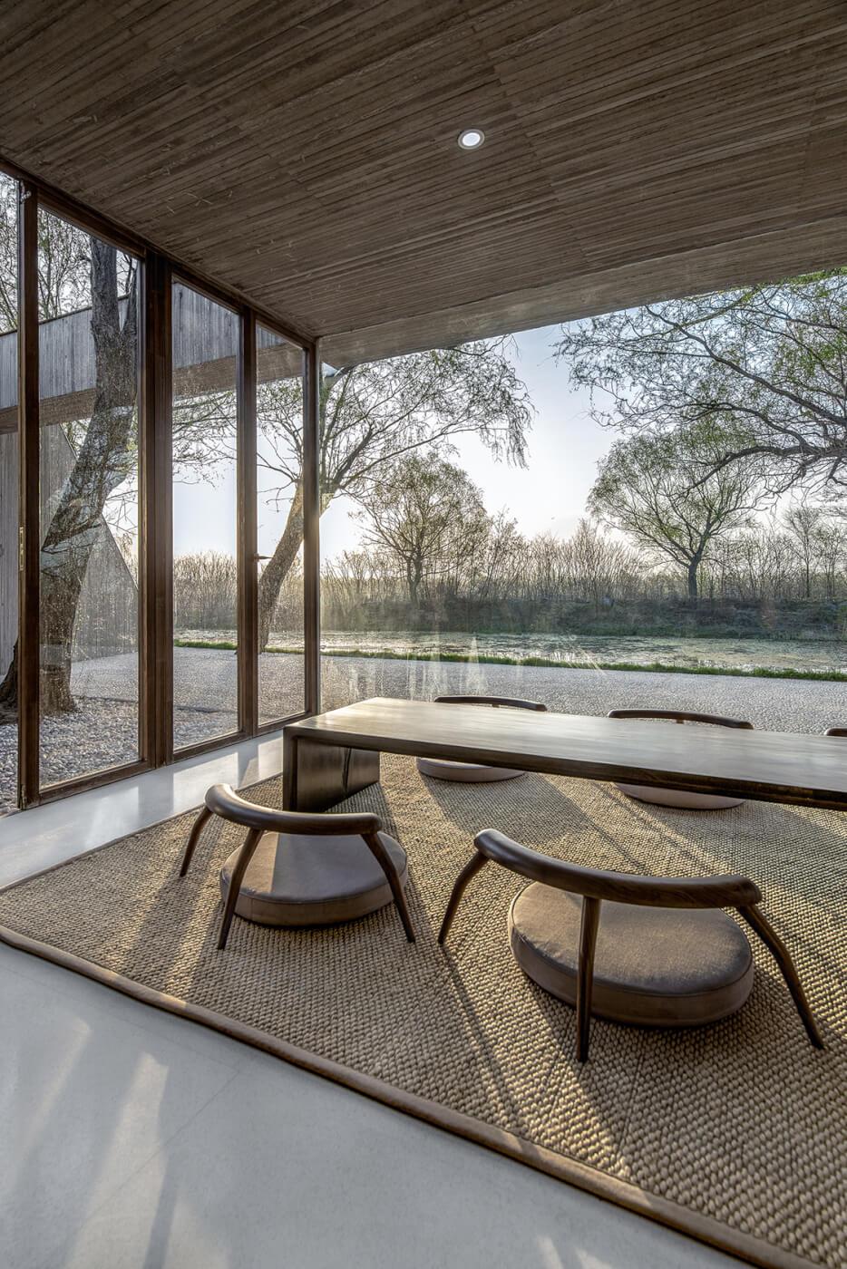 salle à manger tapis osier assise ronde table basse baie vitrée