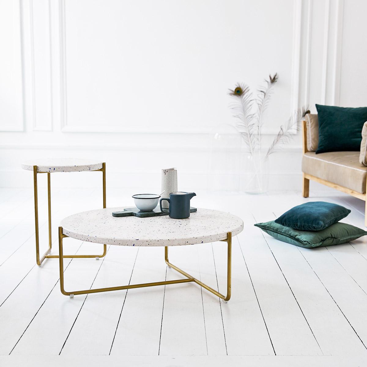 table basse ronde pieds laiton design moderne déco intérieure salon sol parquet bois lamé coussin velours vert