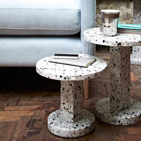 table granito terrazzo rond déco intérieure salon parquet bois chevron