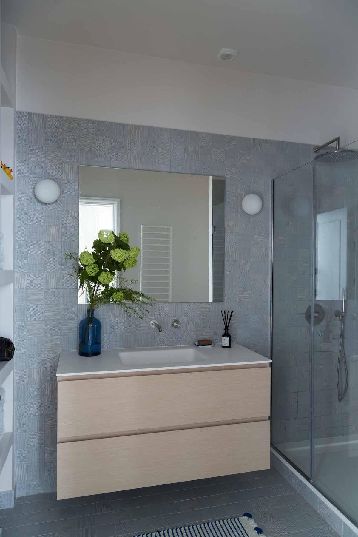 agence Véronique Cotrel réalisation salle de bains enfant bleu bois