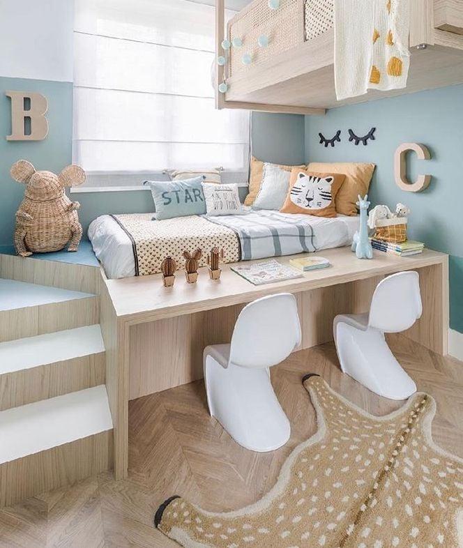 chambre enfant poétique bleu pastel déco murale tapis animalier lit bois chaise design