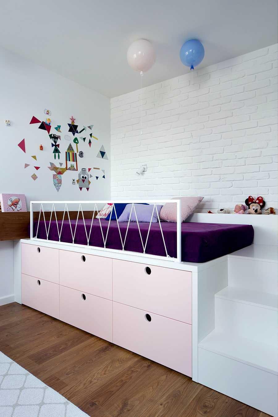 chambre enfant violet rose lit estrade déco intérieure mur briques blanches