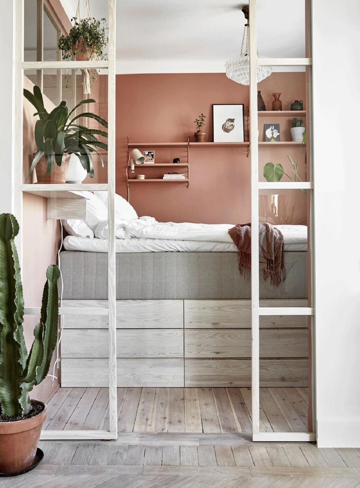 chambre moderne porte vitrée déco cactus mur terracotta