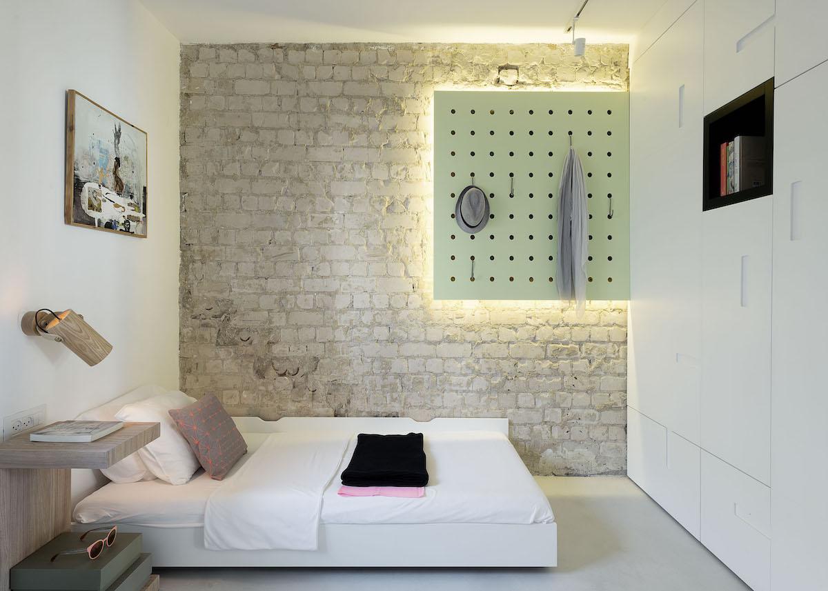 chambre mur en brique cadre lumineux vert pastel lit double