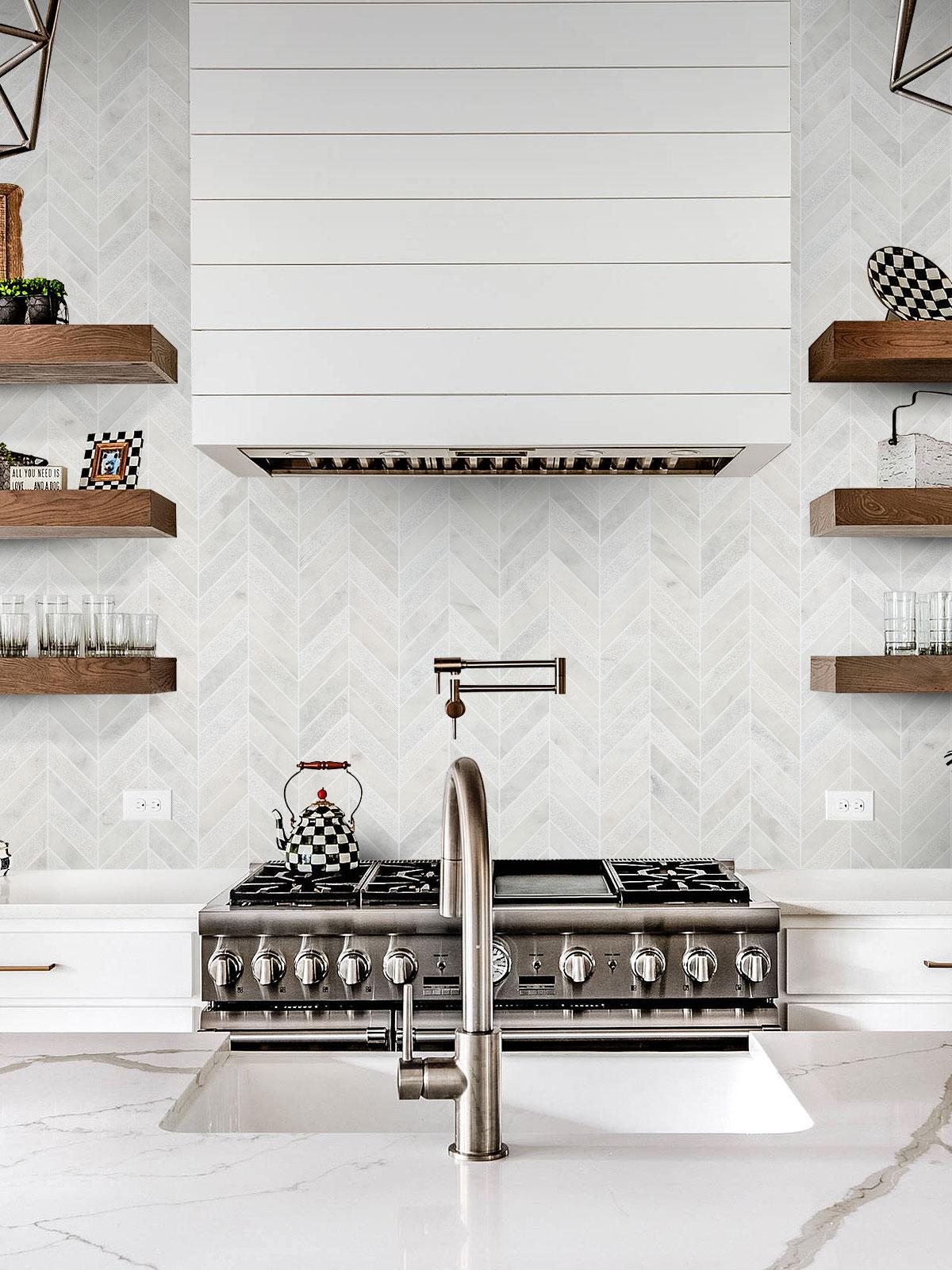 cuisine lumineuse marbre blanc étagère bois brut blog déco