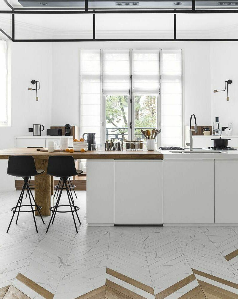 cuisine ouverte industrielle ilot central table bois brut parquet chevron bois marbre