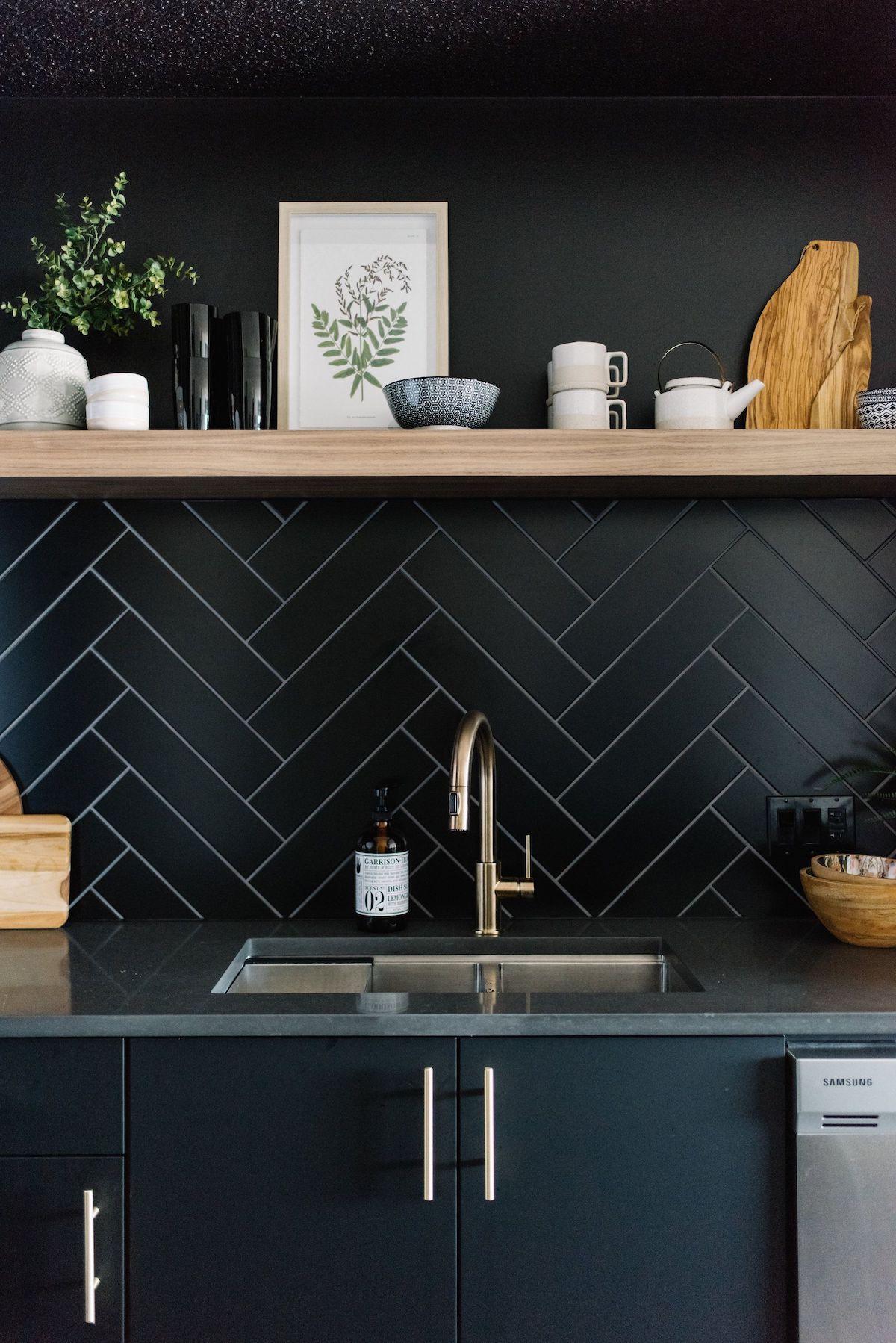cuisine total look noir étagère bois robinet laiton blog déco clematc