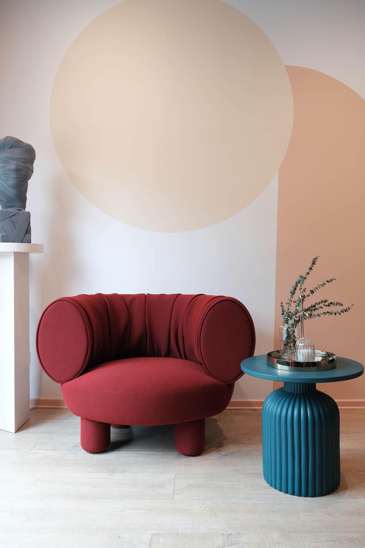 fauteuil rond rouge table appoint ronde bleu canard guéridon céramique design motif mur peinture style dessin Memphis