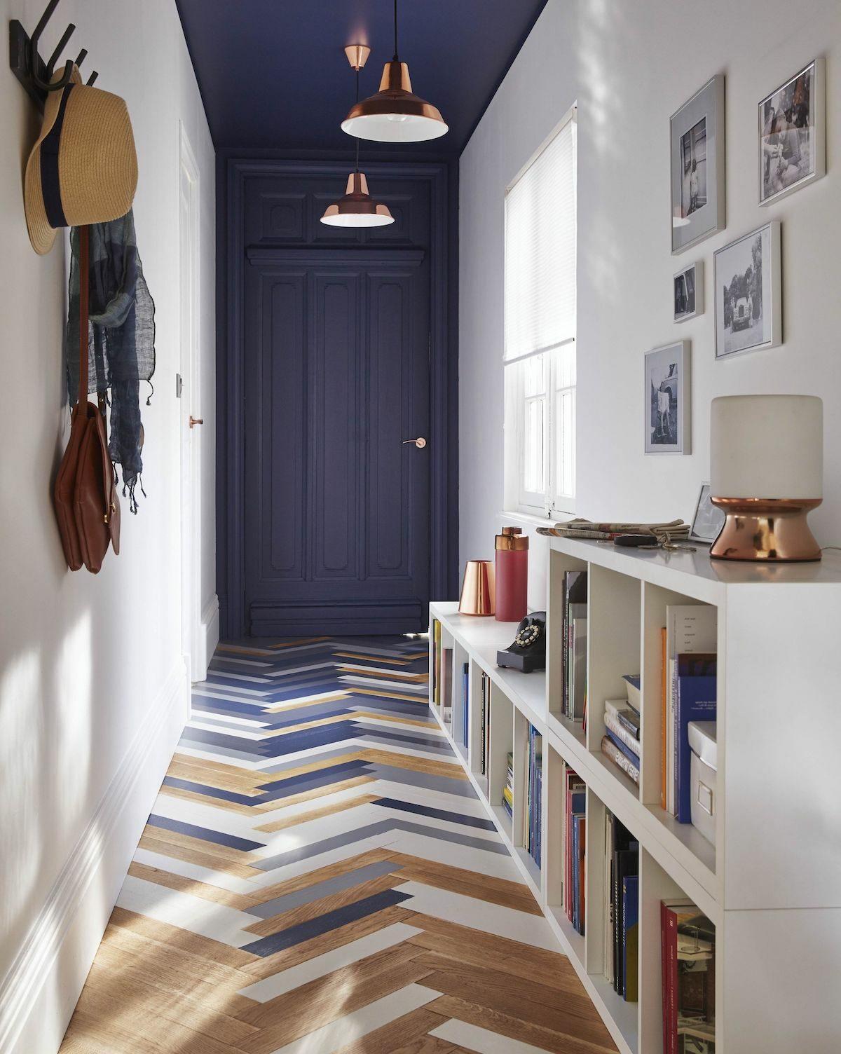 hall d'entrée bleu foncé parquet en chevron bleu blanc bois lampe cuivre