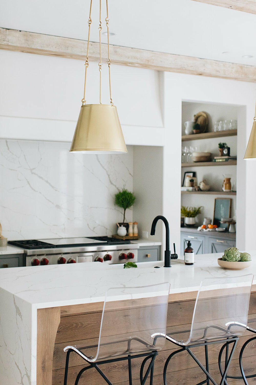 ilot central plan de travail marbre blanc robinet noir mat