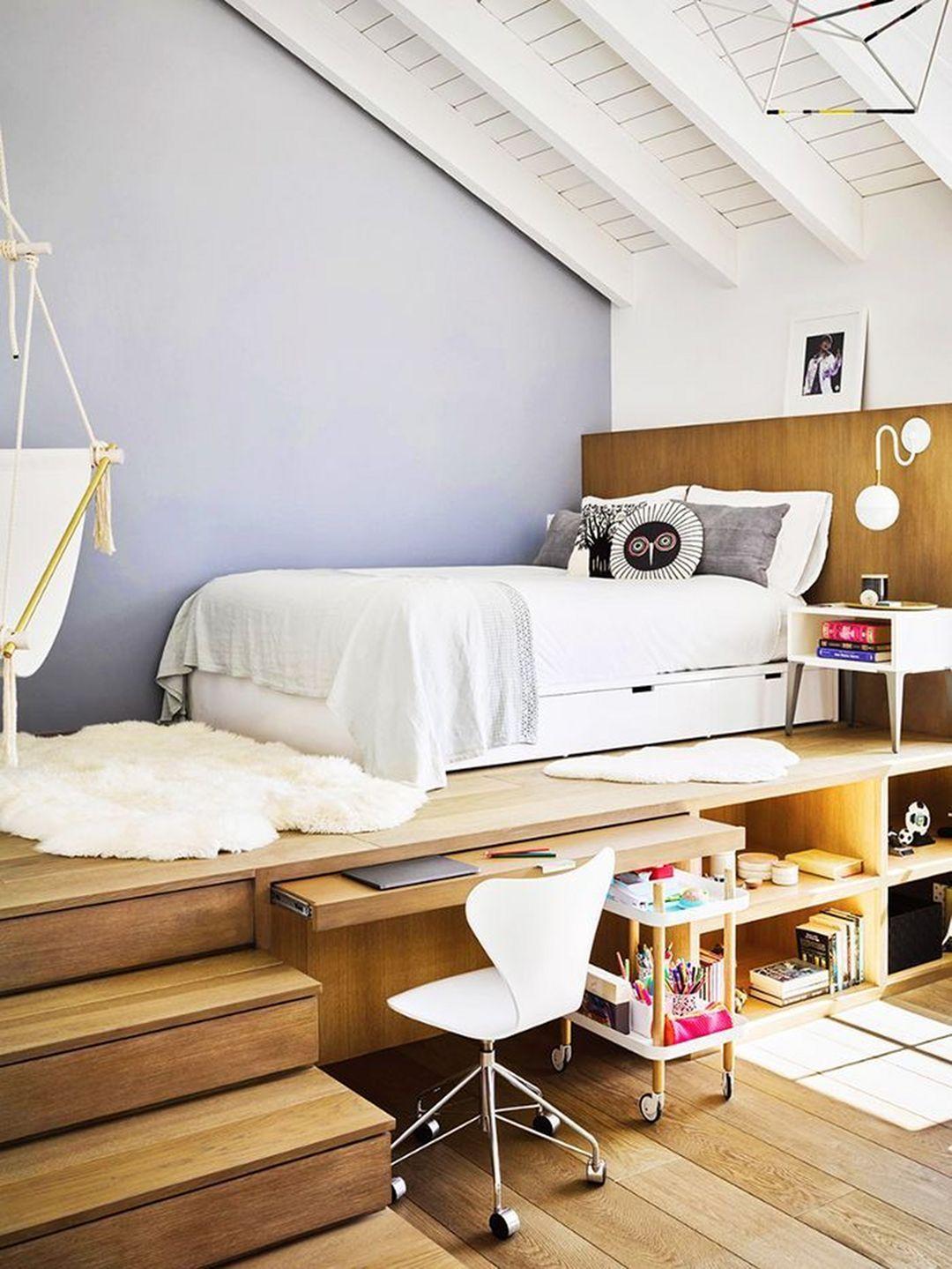 lit estrade bois bureau incrusté tapis fourrure blanche