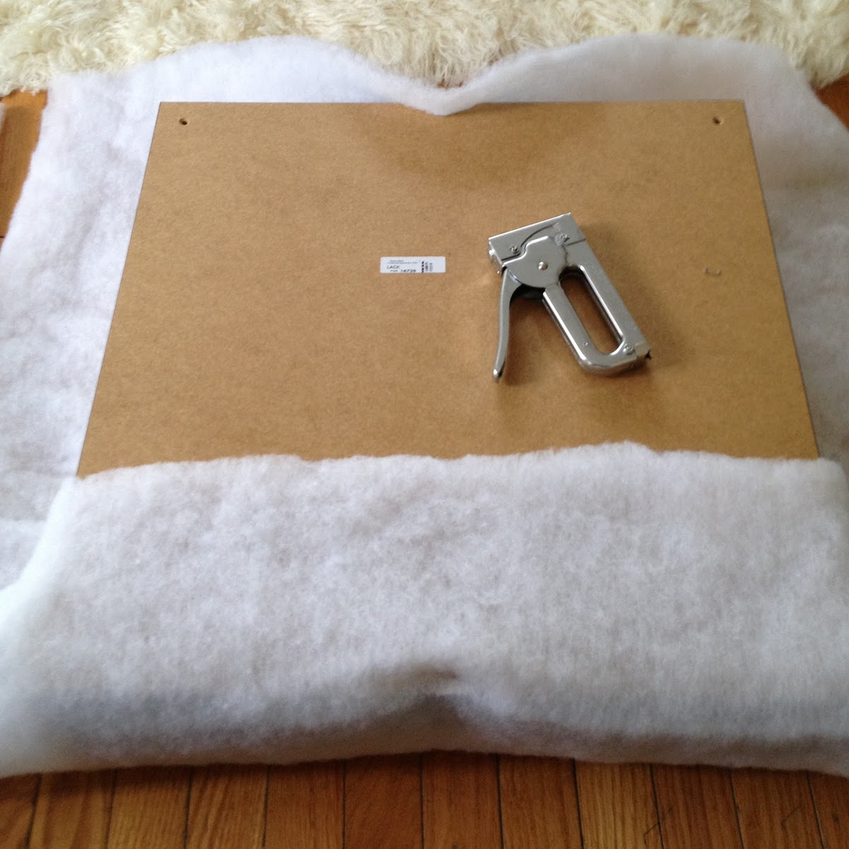 personnaliser meuble ikea transformer table carré lack pouf rayures