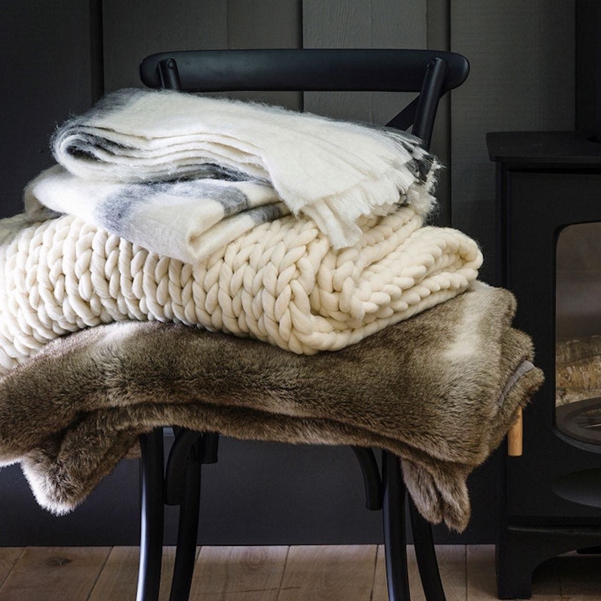 plaid fourrure tricot chaise noir design - blog déco - clematc