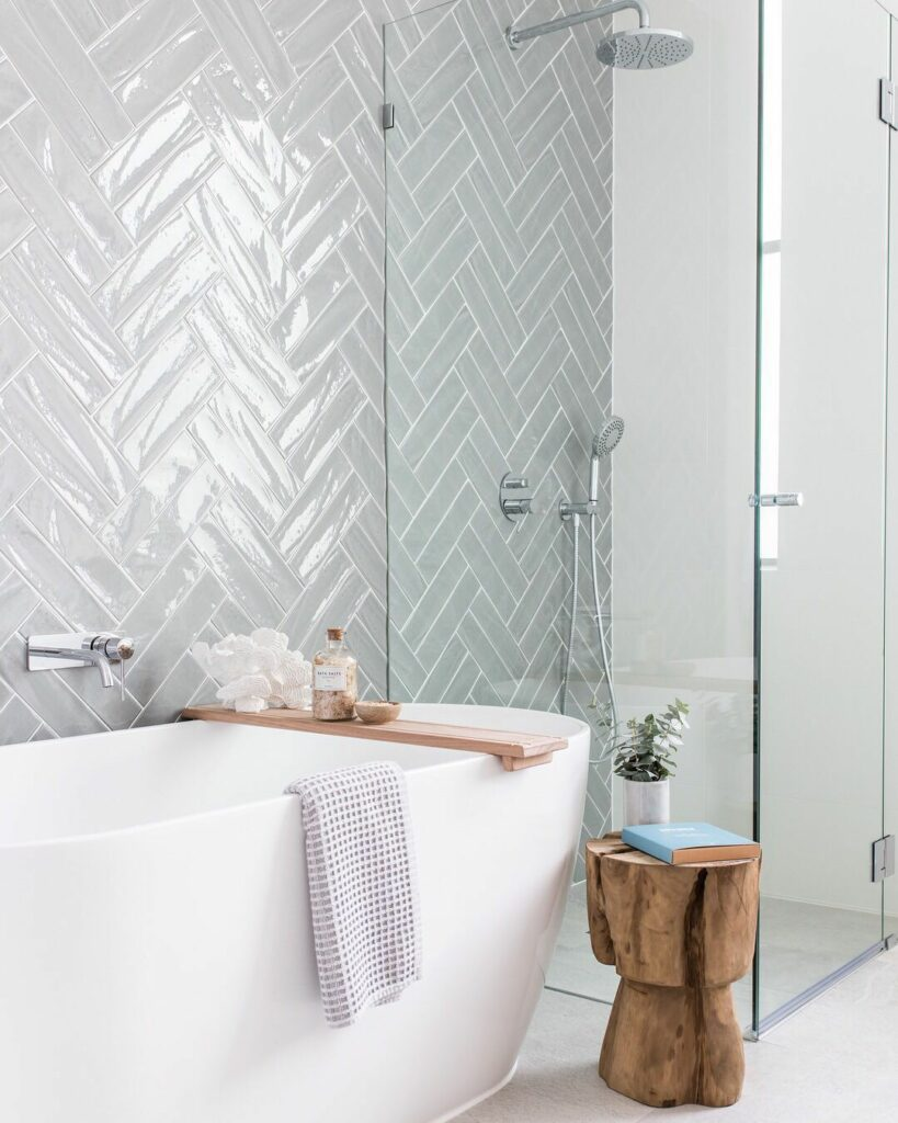 salle de bain blanche grise tabouret bois brut baignoire ovale