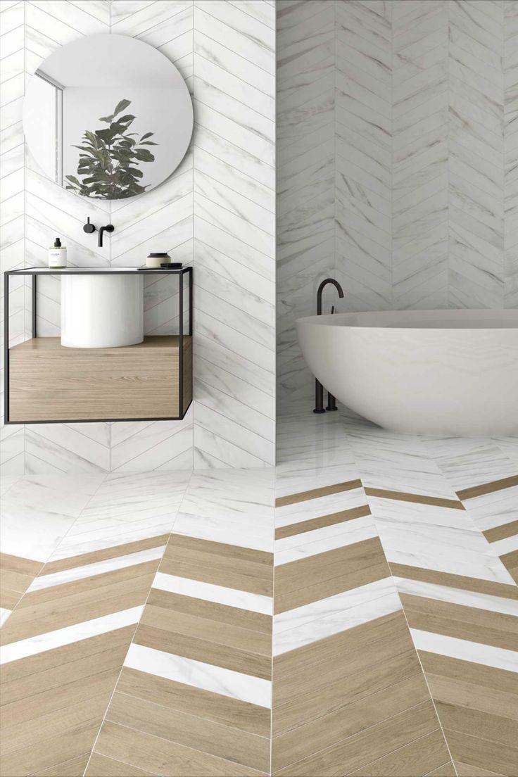 salle de bain élégante lumineuse minimaliste baignoire ovale décoration chevron mixte bois marbre blanc