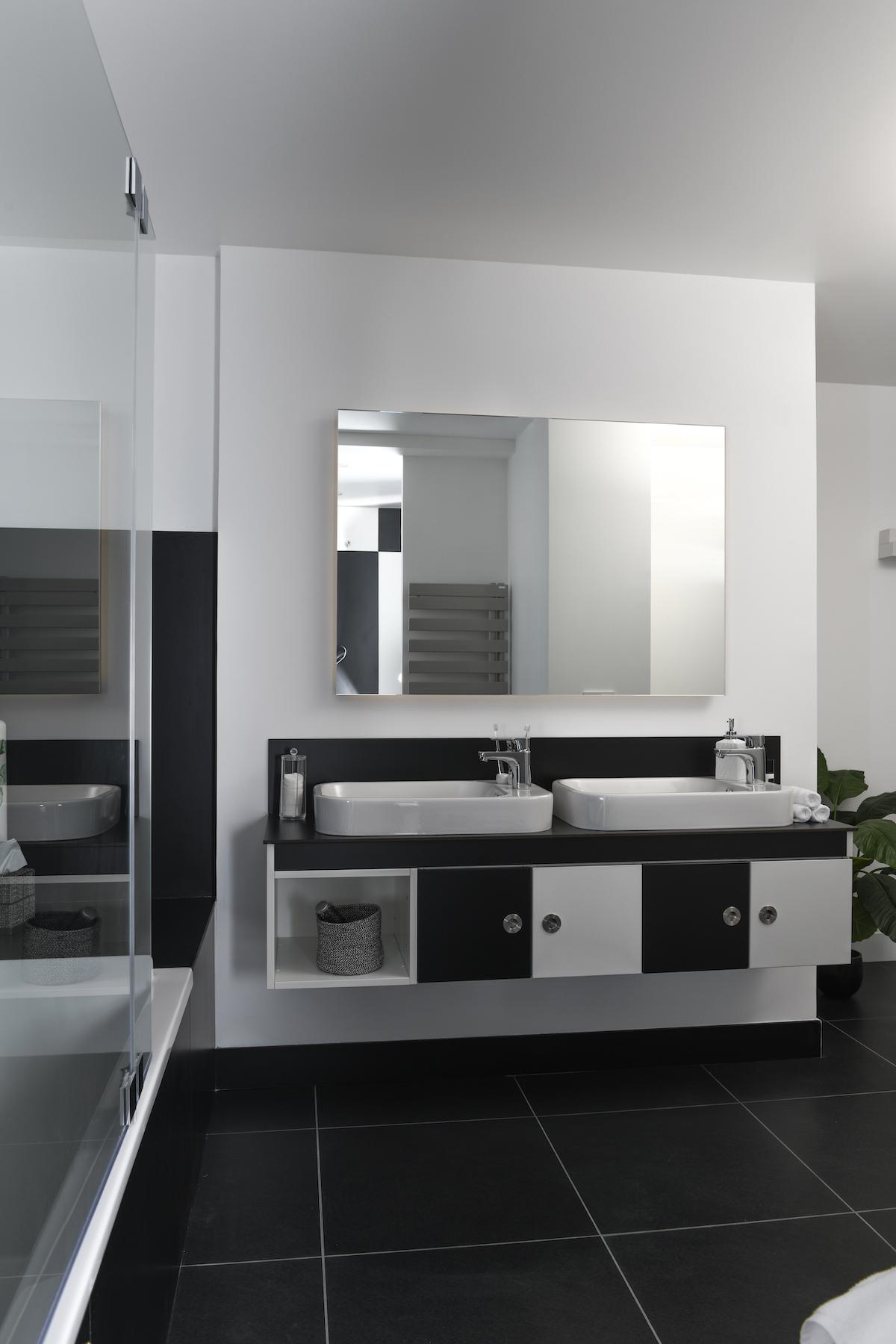 salle de bains damier noir blanc rétro design