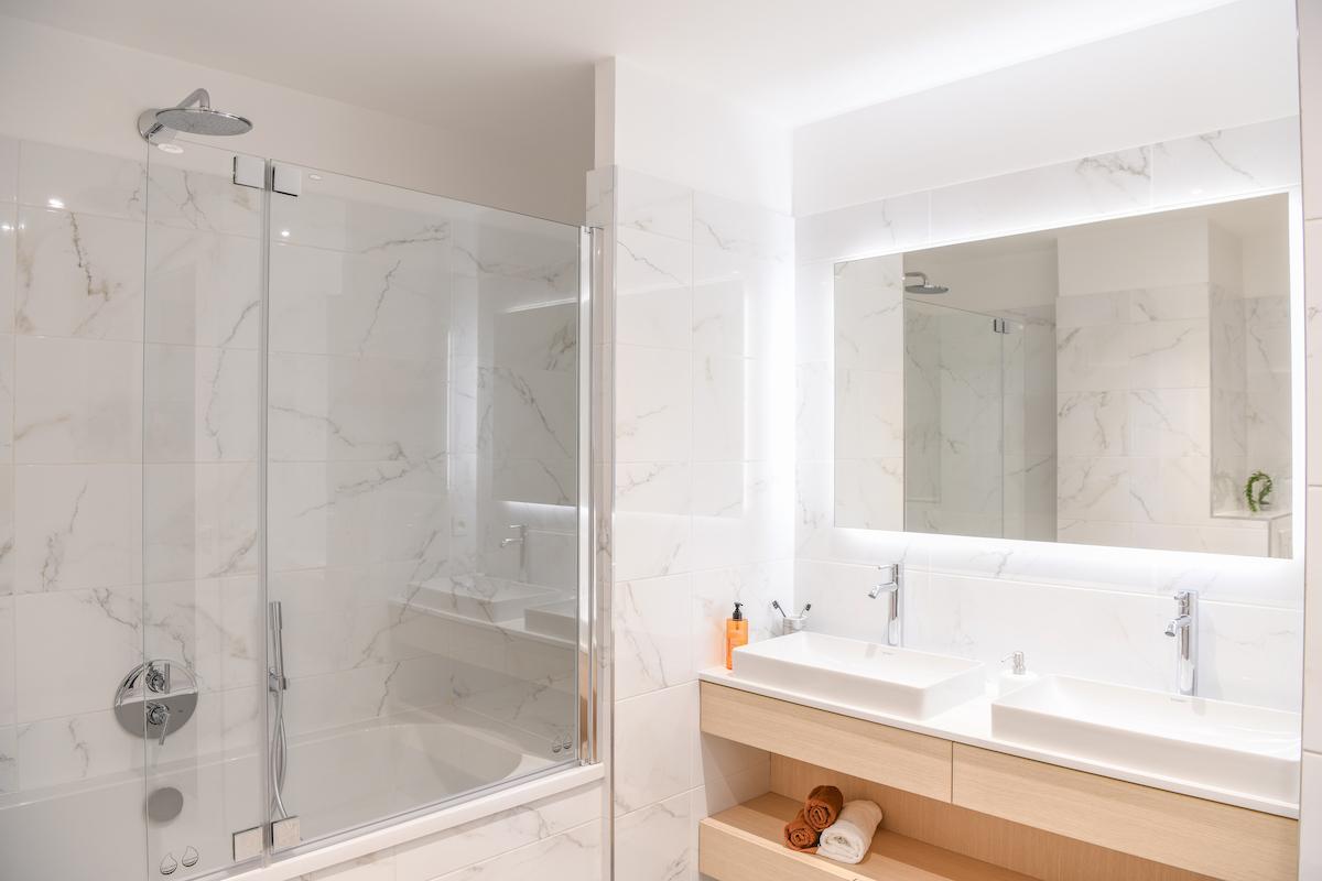 salle de bains style scandinave carrelage effet marbre blanc gris