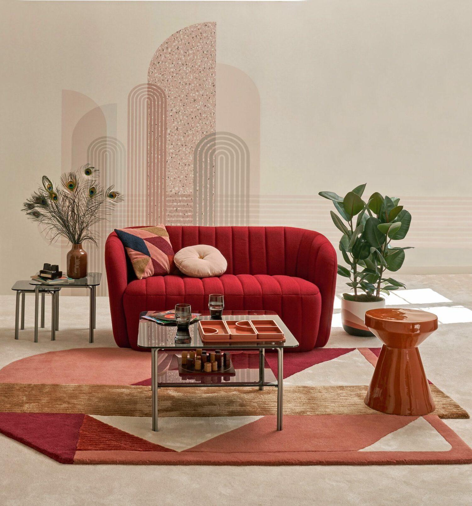 salon camaieu rouge canapé coquillage arrondi style Memphis décoration
