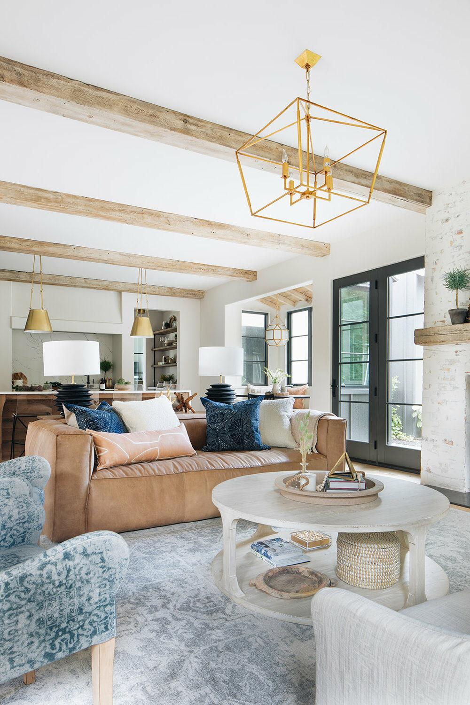 salon canapé cuir camel tapis vintage bleu gris fauteuil tapissier