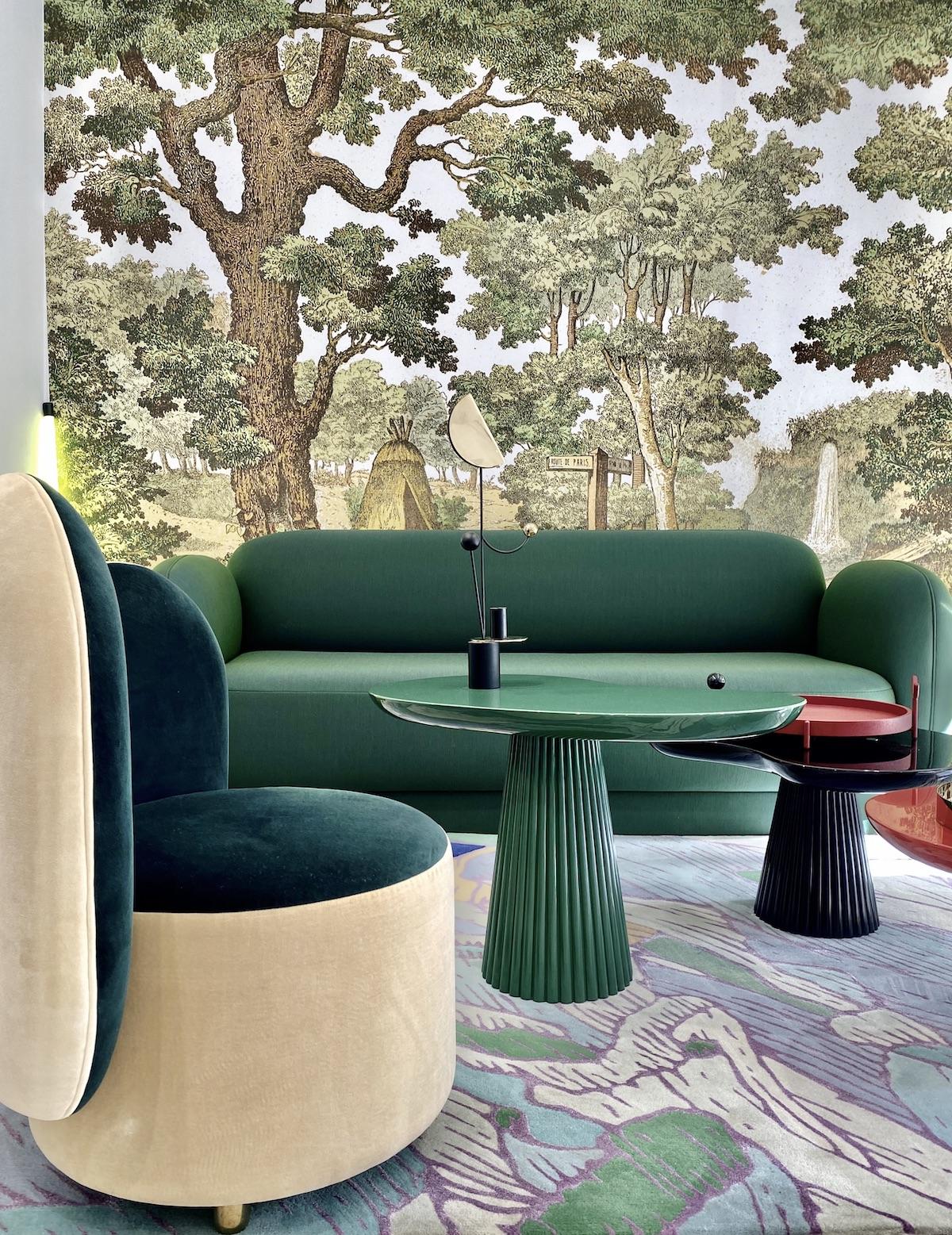 salon canapé rond velours vert papier peint arbre table céramique Memphis - blog déco - clemaroundthecorner
