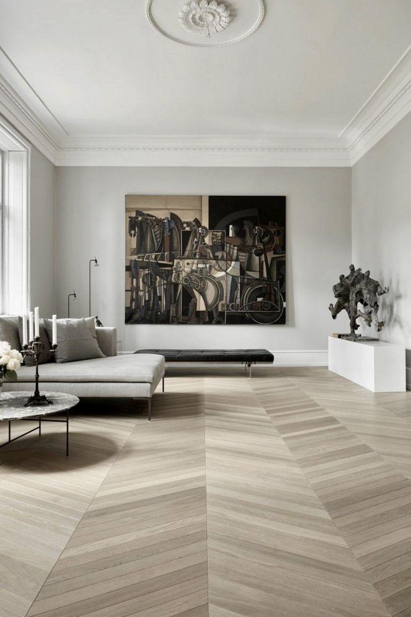 salon spacieux sophistiqué parquet chevron moulures murs table basse ronde marbre