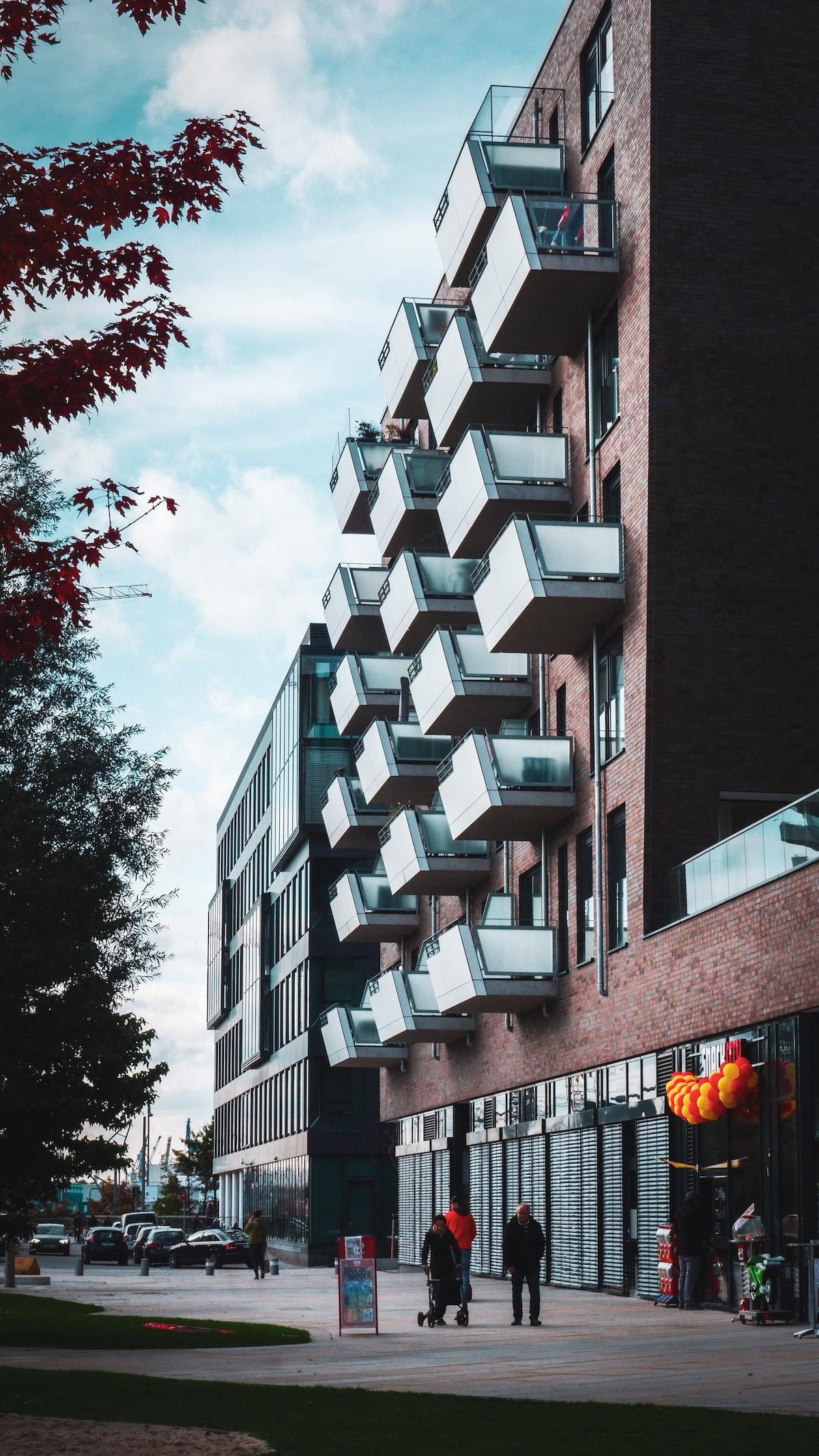 architecture balcon verre en quinconce mur brique rouge