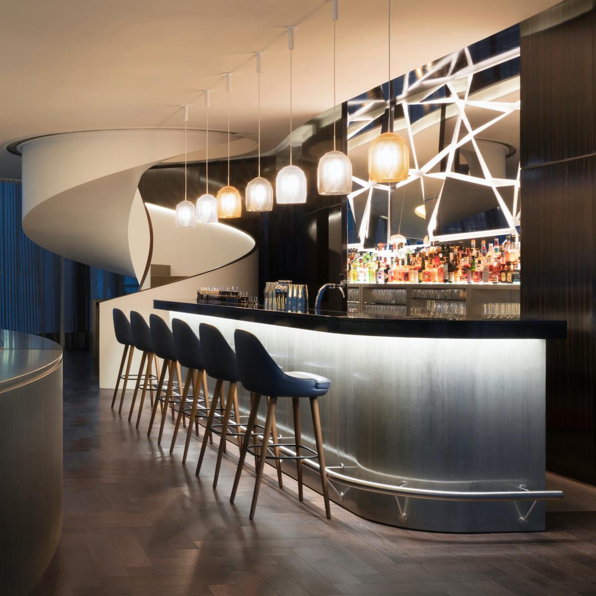 bar lounge rideaux chaises bleu marine design luxueux