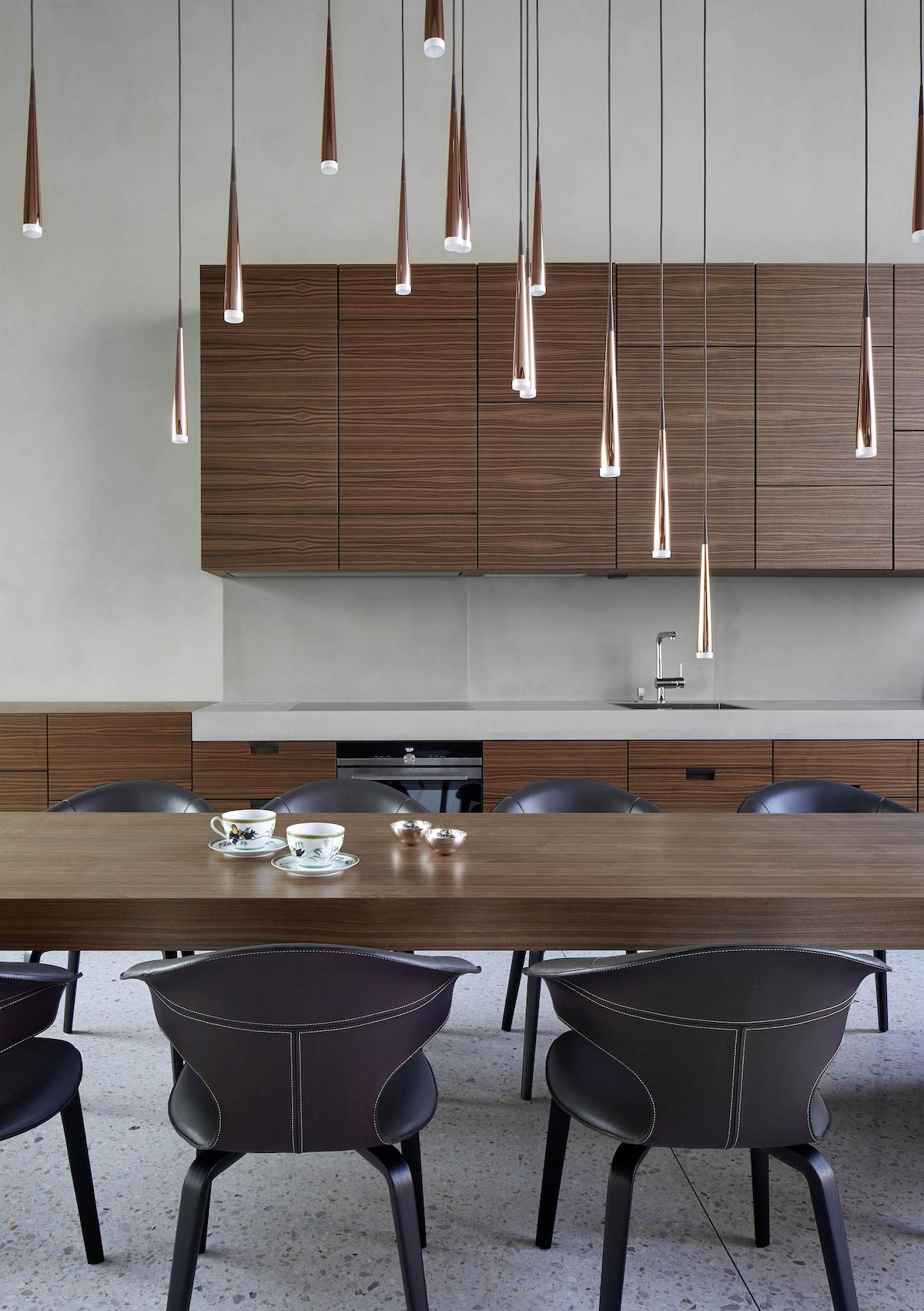 cuisine table à manger bois chaise marron cuir suspension cuivre blog déco