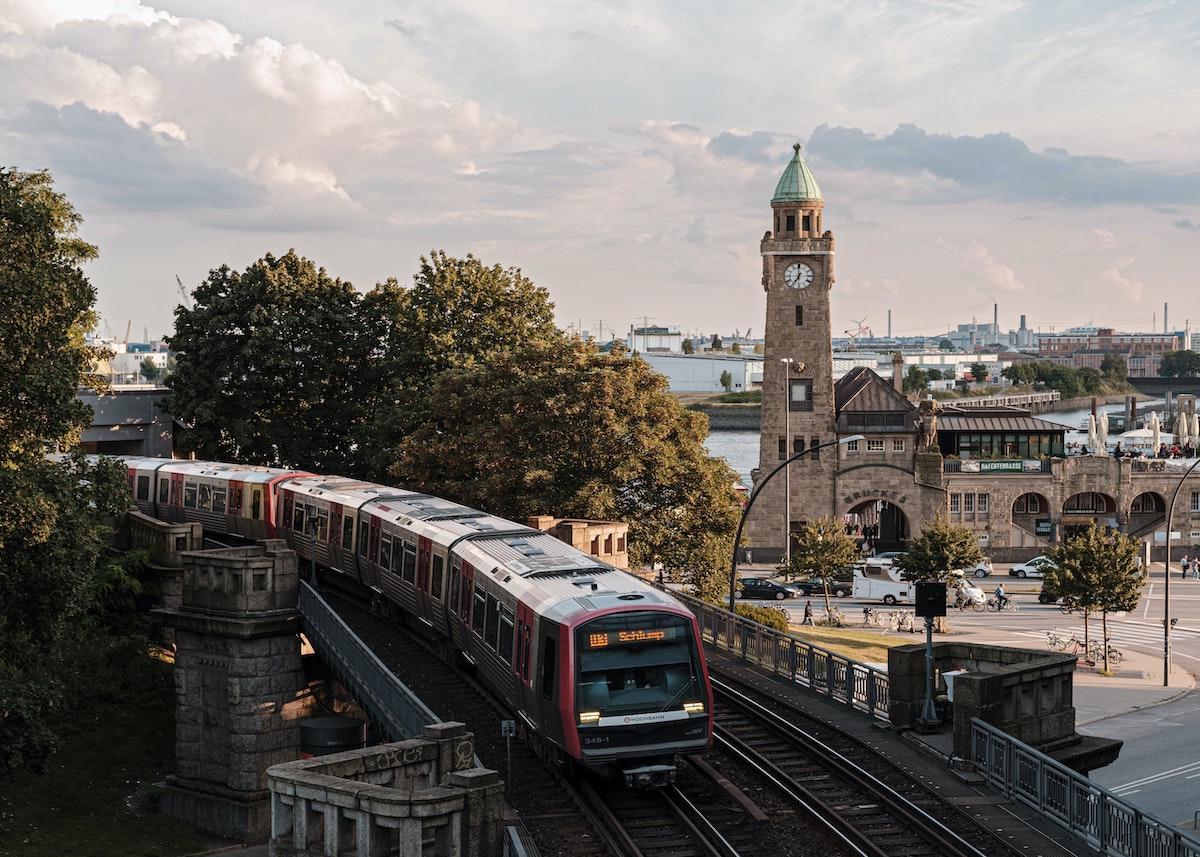 hambourg allemagne train architecture pierres grises toits verts