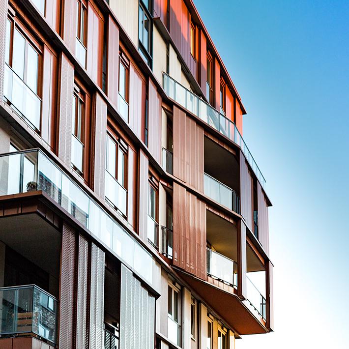 immeuble industriel rouge verre balcon design relief
